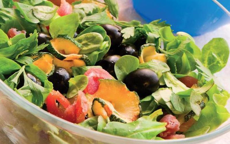 Салат с копченым лососем и маслинами