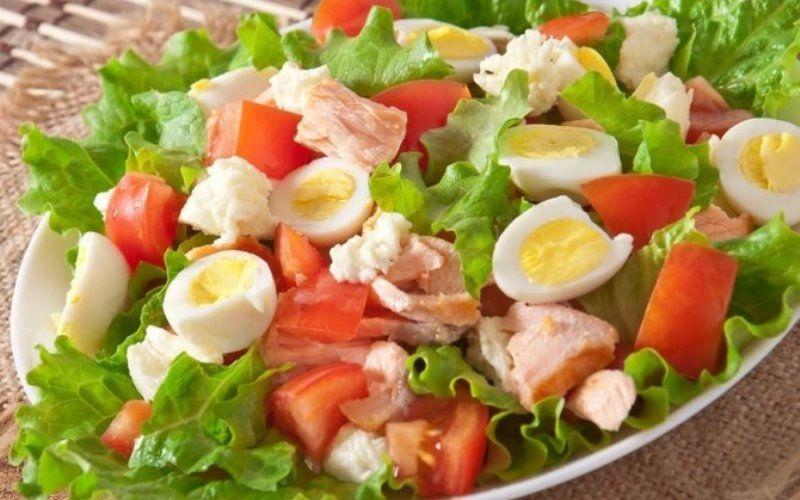 салат с лососем черри и перепелиными яйцами