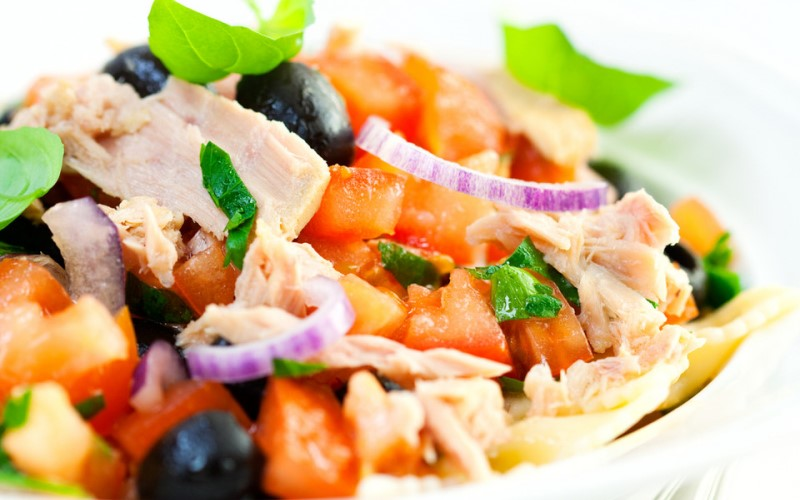 Салат из белой рыбы с горошком и маслинами