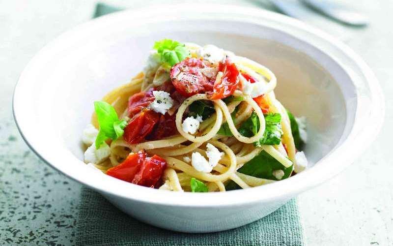Спагетти с помидорами черри и козьим сыром