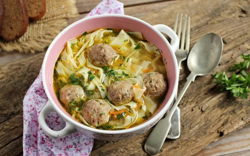 Суп-лапша с фрикадельками из смешанного фарша