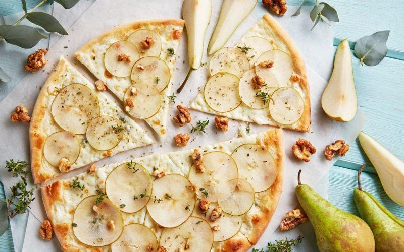 Пицца с грушей, 4 видами сыра и орехами