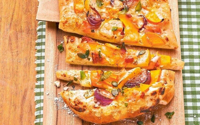 Пицца с грушей, тыквой и голубым сыром