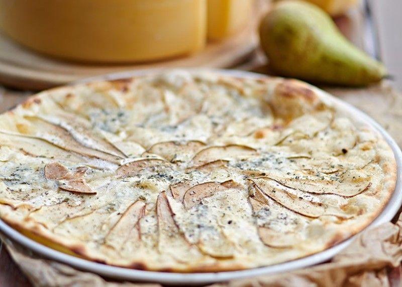 Пицца с грушами, сыром и картофелем