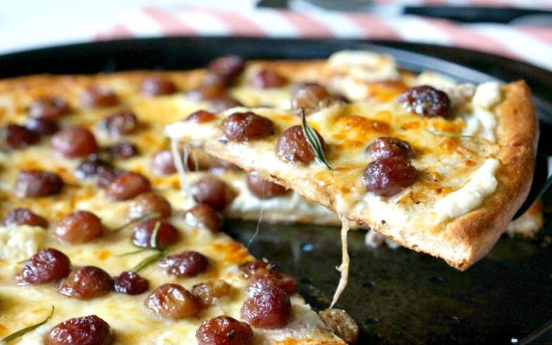 Пицца с грушами, йогуртом и виноградом