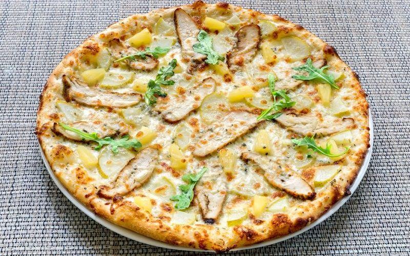 Пицца с курицей, грушей и ананасами