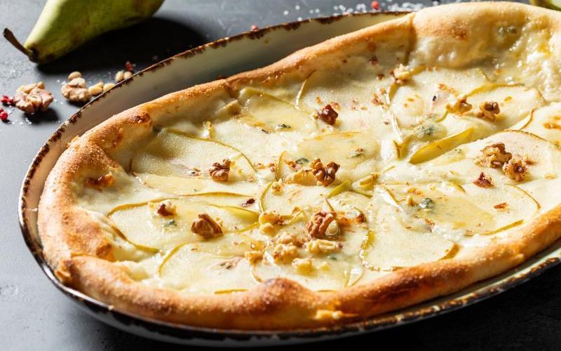 Пицца с грушами — 6 рецептов с сыром, луком, мясом, ветчиной и тыквой