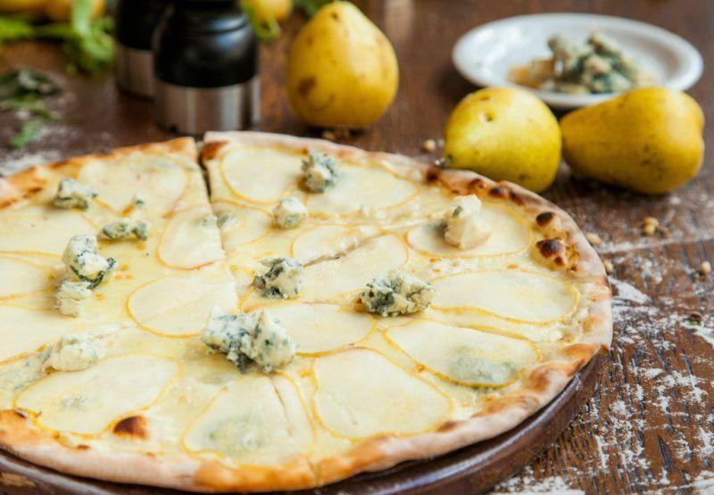 Сладкая пицца с двумя видами итальянских сыров и с грушей