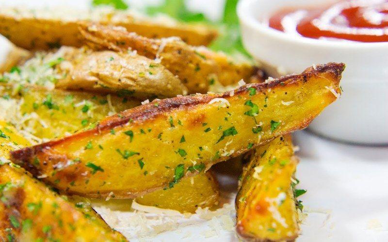 Картофель, тушёный с мясом в горшочке