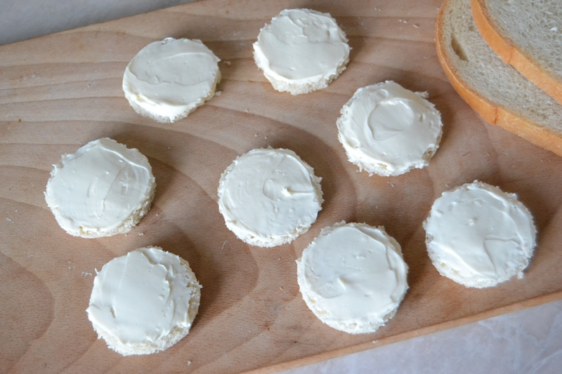 Новогодняя закуска из салями и сливочного сыра