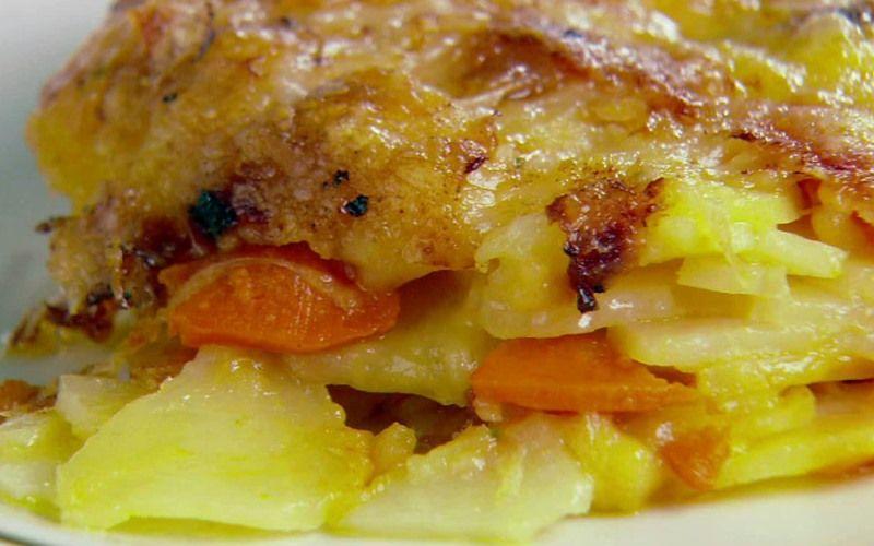 Картофельная запеканка с морковью и салом