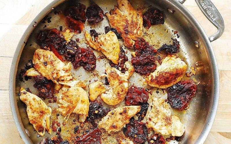Макароны с курицей и вялеными помидорами
