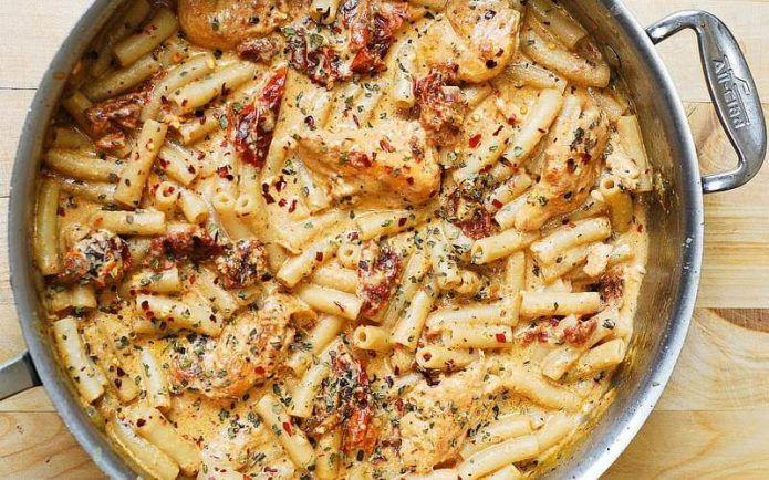 Макароны с курицей, вялеными помидорами и моцареллой