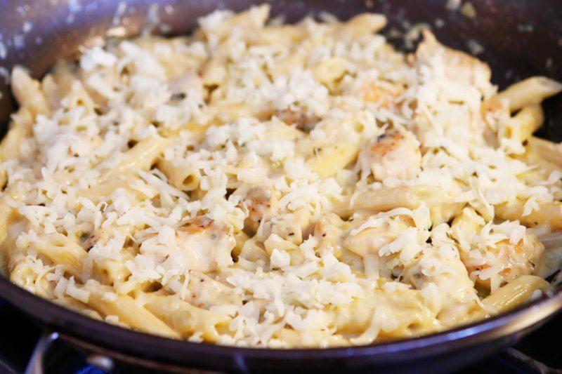 Макароны с куриным филе и соусом сальса