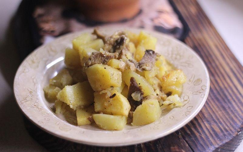 Картофель с грибами вешенками в горшочках