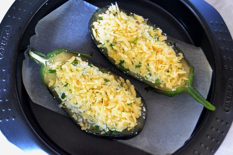 Баклажаны-лодочки, запеченные в духовке с сыром и творогом