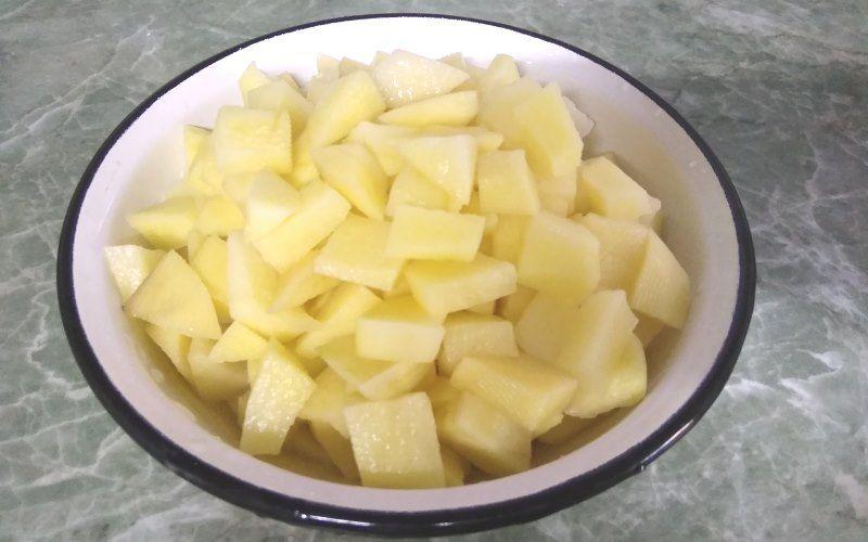 Картофель, тушеный с грибами шампиньонами на сковороде