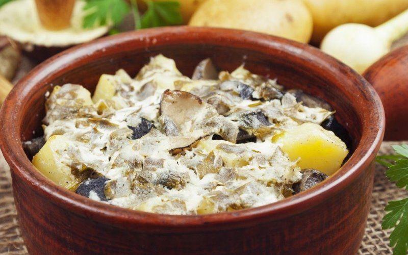 Картофель с мясом и грибами, запеченный в горшочках