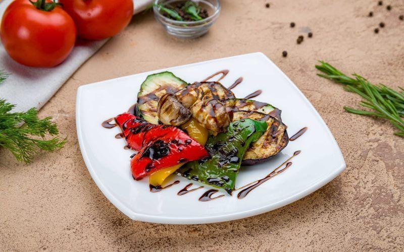 Баклажаны с овощами на гриле
