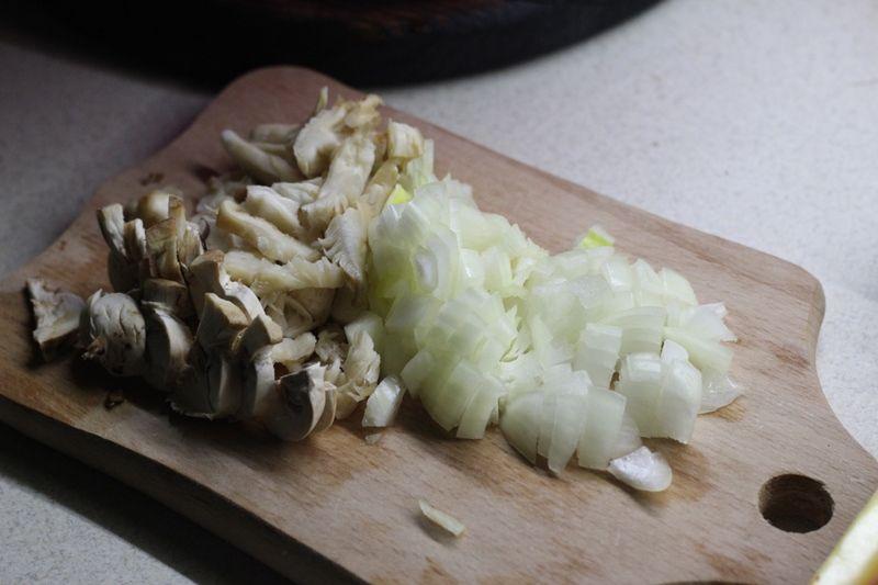 Вкусная картошка с грибами и овощами в горшочке