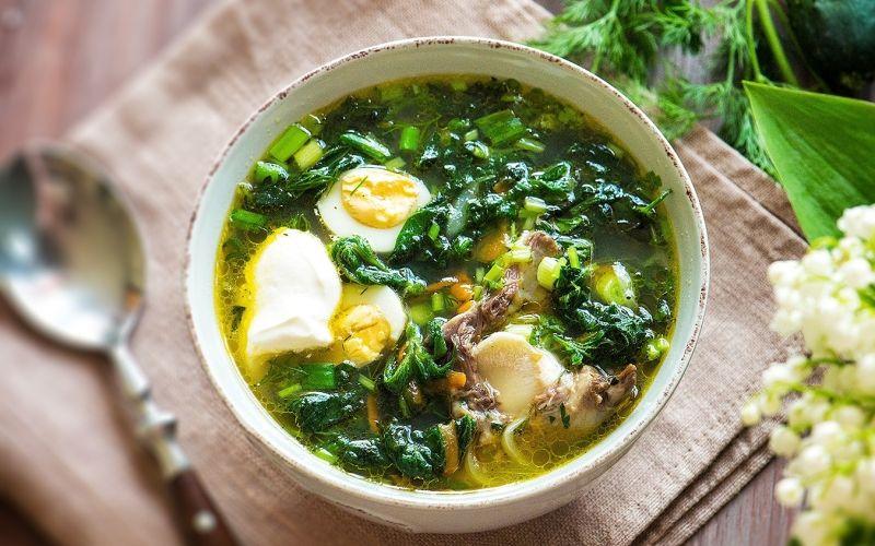 Летний овощной суп с молодой крапивой и яйцами
