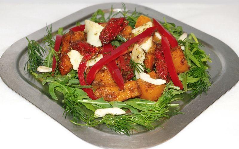 Запеченная в духовке тыква с помидорами и брынзой