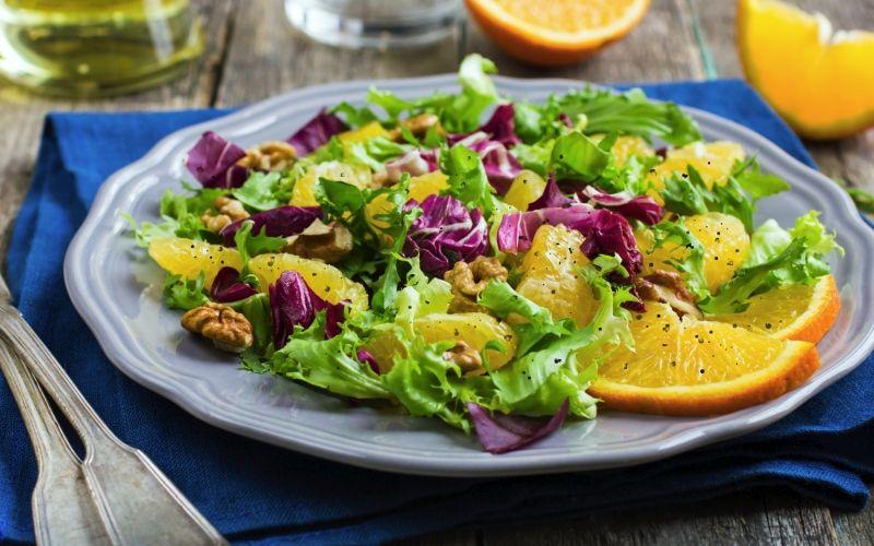 Осенний салат с сыром и орехами