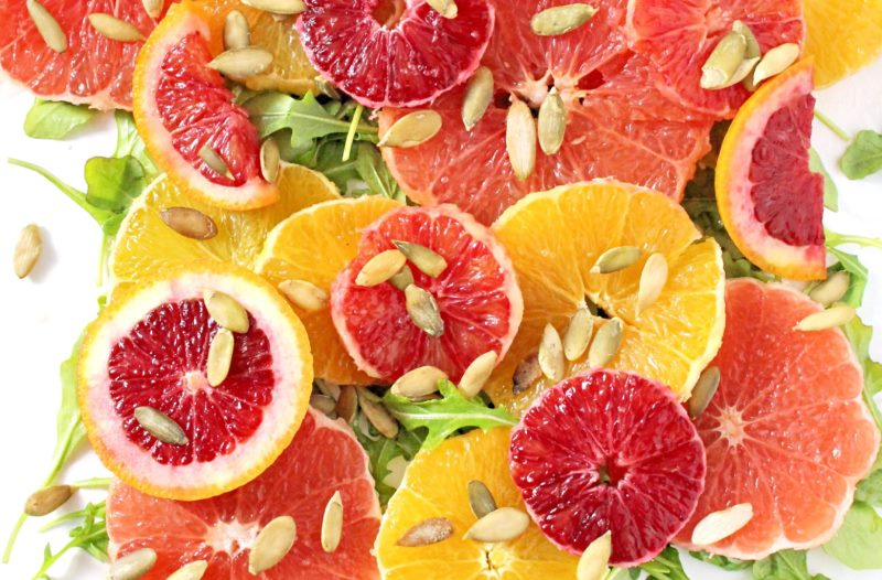 Салат с цитрусовыми и орехами