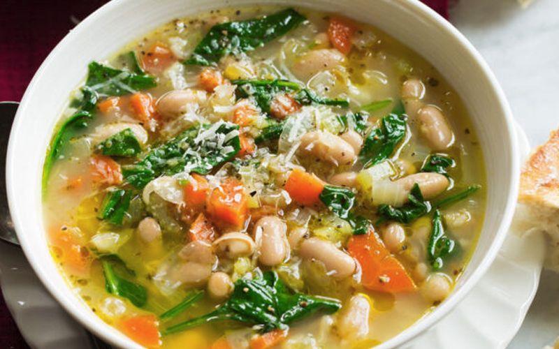 Овощной летний суп с фасолью и шпинатом