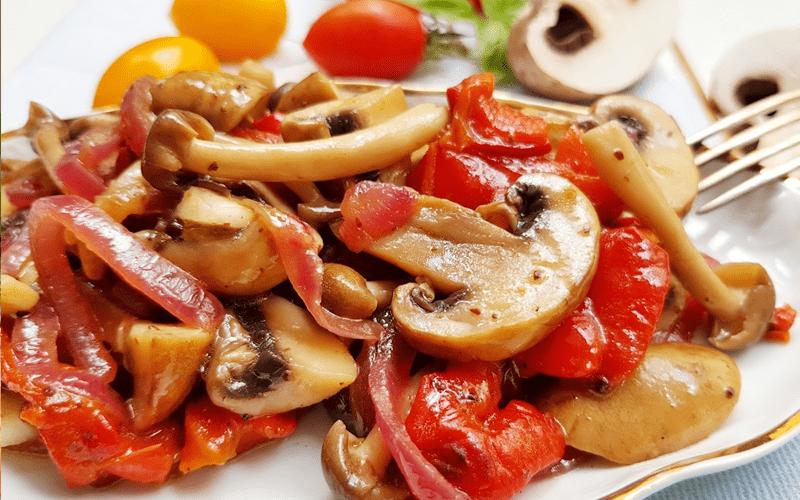 Томатный салат с грибами и болгарским перцем