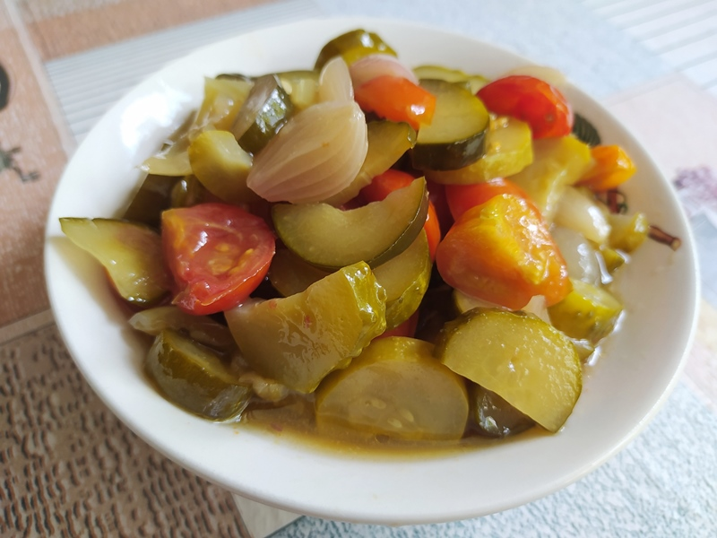 Зимний салат из огурцов и помидоров